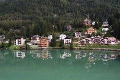 Alleghe See-Häuser Stockbilder
