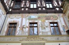 Allegorische fresko's op de muren van binnenlandse binnenplaats van Peles-kasteel Stock Afbeeldingen