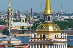 Allegorische standbeelden op het dak van Admiraliteit in Heilige Petersburg royalty-vrije stock afbeeldingen