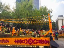 Allegorischer Tag des Todesautos mit Blumen lizenzfreies stockfoto