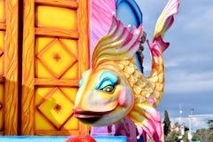 Allegorisches Floss, das einen bunten Fisch darstellt Stockbilder