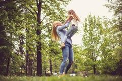 Allegramente madre e figlia fotografia stock libera da diritti