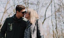 Allegro amandosi baci delle coppie Passeggiata nel parco e nell'abbraccio Fotografie Stock