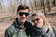 Allegro amandosi baci delle coppie Passeggiata nel parco e nell'abbraccio Fotografia Stock Libera da Diritti