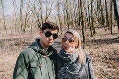 Allegro amandosi baci delle coppie Passeggiata nel parco e nell'abbraccio Fotografie Stock Libere da Diritti