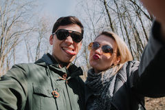 Allegro amandosi baci delle coppie Passeggiata nel parco e nell'abbraccio Immagini Stock Libere da Diritti