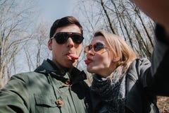 Allegro amandosi baci delle coppie Passeggiata nel parco e nell'abbraccio Immagine Stock