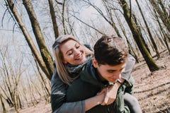 Allegro amandosi baci delle coppie Passeggiata nel parco e nell'abbraccio Immagine Stock Libera da Diritti