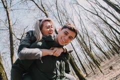 Allegro amandosi baci delle coppie Passeggiata nel parco e nell'abbraccio Immagini Stock