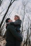 Allegro amandosi baci delle coppie Passeggiata nel parco e nell'abbraccio Fotografia Stock