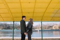 Allegro amandosi baci delle coppie Passeggiata sulla sponda del fiume e sull'abbraccio Fotografia Stock Libera da Diritti