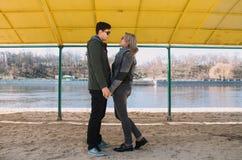 Allegro amandosi baci delle coppie Passeggiata sulla sponda del fiume e sull'abbraccio Fotografia Stock