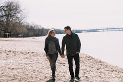 Allegro amandosi baci delle coppie Passeggiata sulla sponda del fiume e sull'abbraccio Immagini Stock Libere da Diritti