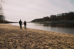Allegro amandosi baci delle coppie Passeggiata sulla sponda del fiume e sull'abbraccio Fotografie Stock Libere da Diritti