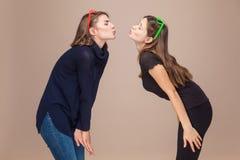 Allegro baci delle sorelle ed occhi chiusi Amore, famiglia Fotografia Stock Libera da Diritti