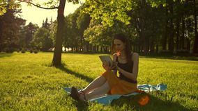 Allegro, giovane donna che passa in rassegna la sua compressa nel parco archivi video