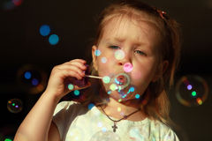 Allegro gonfia le bolle di sapone fotografia stock libera da diritti