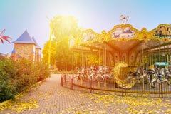 Allegro-rotondo-va il carosello del cavallo nel parco di autunno Spirito del paesaggio di caduta Fotografia Stock
