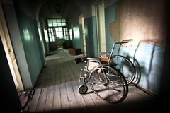 Allein in einem verlassenen Krankenhaus Stockfotografie