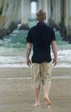 Allein erstaunlicher Strand des jungen Jugendlichmannes verwechselt mit dem Leben Stockbild