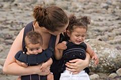 Allein erziehende Mutter beschäftigt Temperament-Wutanfall Lizenzfreies Stockfoto