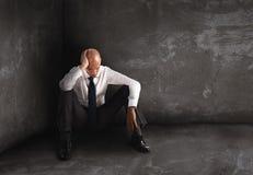 Allein hoffnungsloser Geschäftsmann Einsamkeits- und Ausfallkonzept Stockfotografie