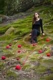 Allein schönes Mädchen sitzt auf grünem Moos in einem feenhaften Wald stockfotos