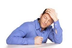 Allein und traurig mit Kopfschmerzen stockbild