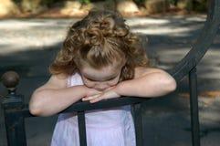 Allein und trauriges Mädchen auf Gatter Stockfotos