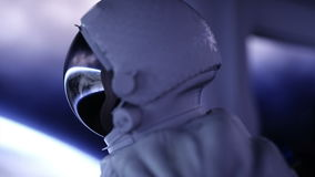 Alleinastronaut im futuristischen Raumschiff, Raum Ansicht der Erde Film- Gesamtlänge 4k stock video footage