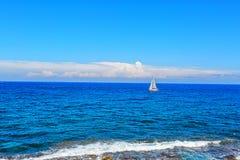 Alleinboot im Ozean Stockbild