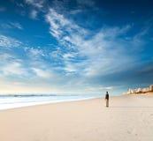 Alleine auf dem Strand Lizenzfreie Stockbilder