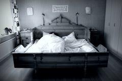 Alleine im Bett Lizenzfreie Stockfotos