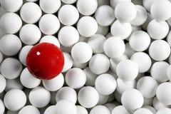 Alleine kleine weiße Kugeln mit einen Kugeln des Billiards roten lizenzfreie stockfotografie