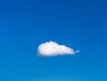 Alleine weiße Wolke im blauen Himmel Stockbilder