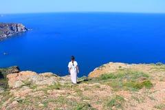 Alleineinfassung der Frau das Mittelmeer, Frankreich stockfotos