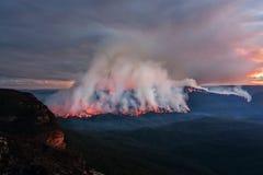 Alleines Buschfeuer des Bergs, das an der Dämmerung brennt lizenzfreies stockbild