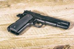 Alleines Gewehr auf hölzernem Hintergrund Stockfoto