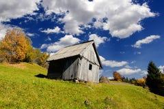 Alleinhaus im Herbstberg Lizenzfreies Stockfoto