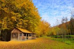Alleinhaus im Herbstberg Lizenzfreies Stockbild