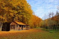Alleinhaus im Herbstberg Lizenzfreie Stockfotografie