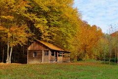 Alleinhaus im Herbstberg Stockfotografie