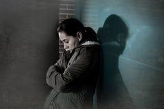 Alleinlehnen der traurigen Frau auf Straßenfenster nachts dep erleiden Lizenzfreies Stockfoto