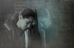 Alleinlehnen der traurigen Frau auf Straßenfenster nachts dep erleiden Lizenzfreie Stockfotografie