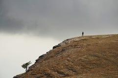 Alleinmädchen auf dem Hügel lizenzfreie stockfotos
