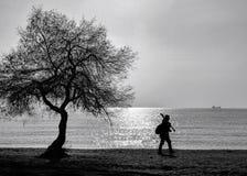 Alleinmann, der auf den Strand geht Lizenzfreies Stockfoto