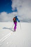 Alleinskifahrer, der durch den unberührten Schnee geht Stockfotos