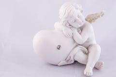 Alleinvalentine angel-Schlaf auf einem Herzen stockfotos