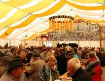 Allemands appréciant un festival à Stuttgart, Allemagne photo libre de droits