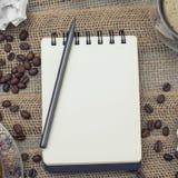 Allen plaatsen voor kunstenaar: een notitieboekje met een potlood plus koffie en trekt aan royalty-vrije stock afbeeldingen
